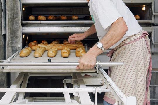 boulanger surveillant la cuisson du pain # 26