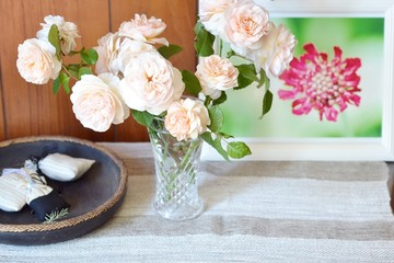 テーブルの上のバラ スイートジュリエット