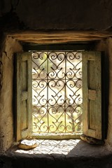 Fotobehang Marokko finestra con inferiate in una abitazione in Marocco