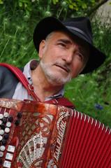 homme jouant de l'accordéon chromatique