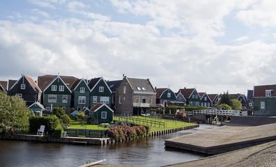 Paisaje con casas y lago