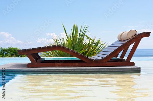 lit de soleil double sur plage de piscine photo libre de droits sur la banque d 39 images fotolia. Black Bedroom Furniture Sets. Home Design Ideas