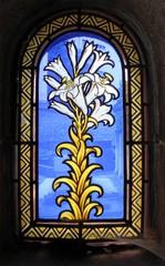 Bloemen, glas in lood raam in een kluis op de begraafplaats van Passy in Parijs