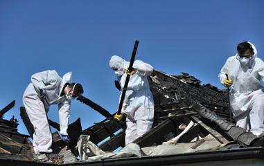 Obraz Aufräumarbeiten nach Dachstuhlbrand 1 - fototapety do salonu