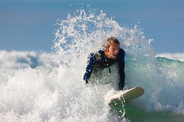 Surfer und Board im Meer mit Wellen