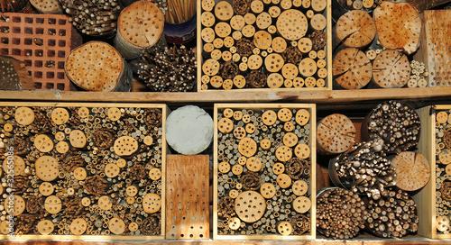 insektenhaus f r bienen hummeln wespen stockfotos und lizenzfreie bilder auf. Black Bedroom Furniture Sets. Home Design Ideas