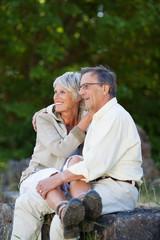 älteres paar sitzt auf felsen