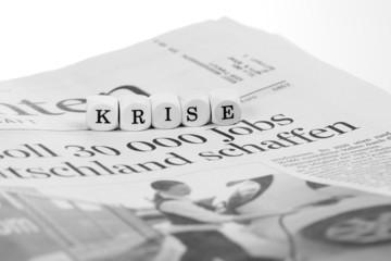 Tageszeitung mit Text Krise