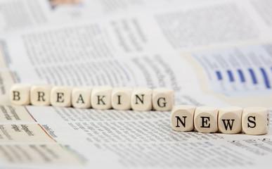 Holzwürfel mit Text Wichtige Neuigkeiten