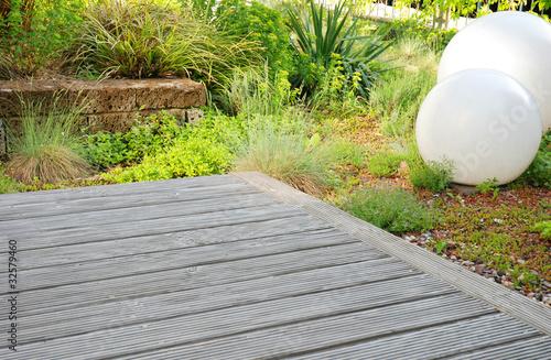 holzterrasse mit steingarten stockfotos und lizenzfreie bilder auf bild 32579460. Black Bedroom Furniture Sets. Home Design Ideas