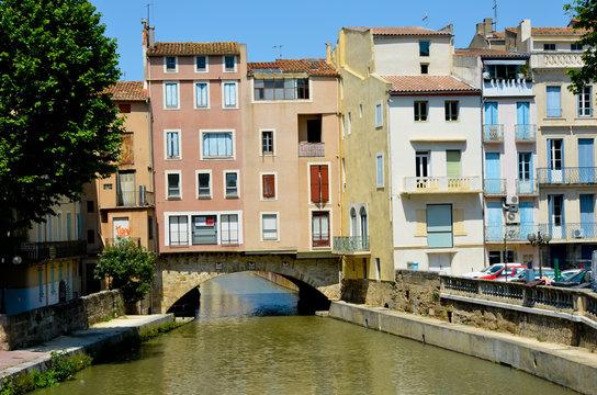 Les maisons près du canal de la Robine à Narbonne