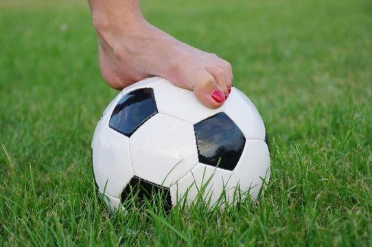 frauenfuss mit fussball