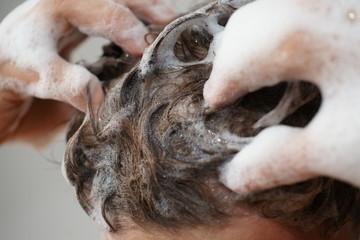 Haare waschen mit Koffein Shampoo