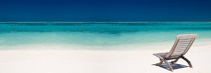 Liegestuhl an einem tropischen Strand