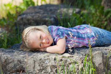 kleines mädchen liegt entspannt