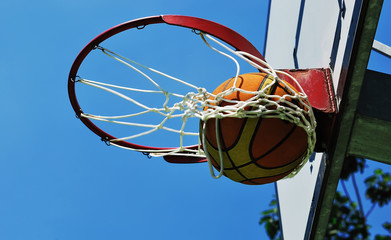 Palla da basket nel canestro