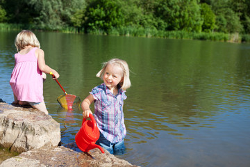 kinder haben spaß am see
