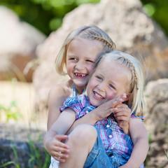 lachende schwestern