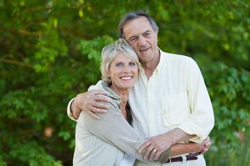 glückliches älteres paar in der natur
