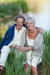 älteres ehepaar entspannt am see