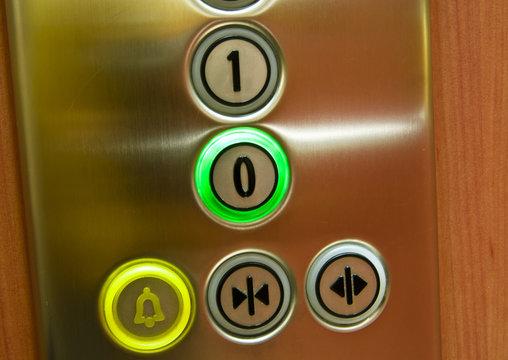 boutons colorés d'un ascenseur