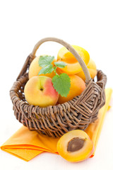 Aprikosen im Korb