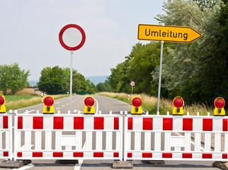 gesperrte Straße mit Umleitung-Schild