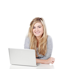 blondes mädchen mit laptop