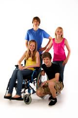 Gruppe rollstuhl vier Teenager