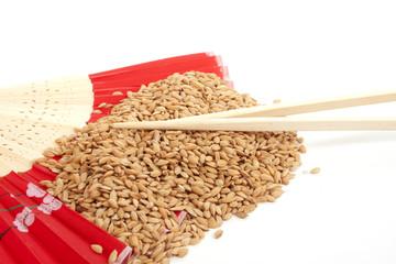 Unpeeld rice and chopsticks