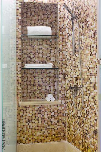 Spazio doccia con parete a mosaico Immagini e Fotografie Royalty ...