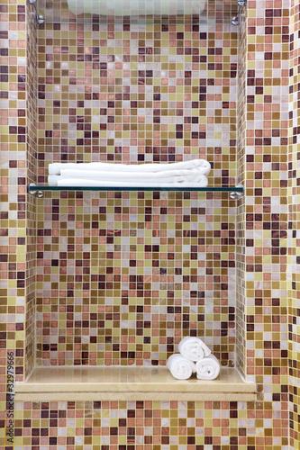Nicchia con mosaico nello spazio doccia per asciugamano - Mosaici da bagno ...