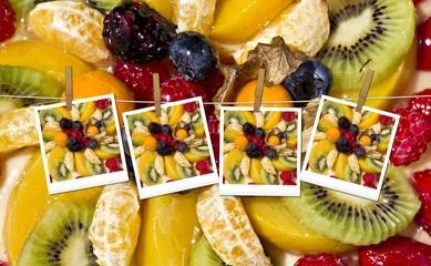 Frutta mista e polaroid