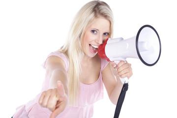 Hübsche blonde Frau mit Megafon schreit und lacht,quer
