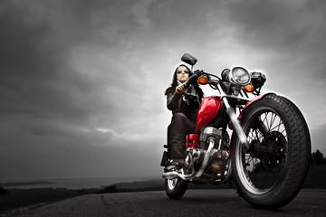 Frau auf rotem Motorrad