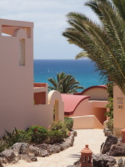 Blick auf das Meer von einer spanischen Ferienanlage