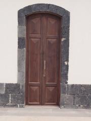 Geschlossene Holztür in weißer Wand