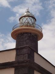 Leuchtturm im wolkigen Himmel