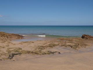Ruhiges Meer mit Blick über den Strand einer kleinen Bucht
