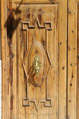 Holztür mit Türklopfer