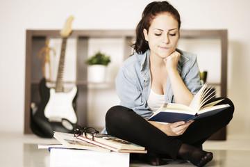 Schülerin lernt zuhause