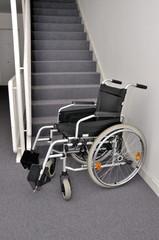 Rollstuhl steht im Treppenhaus
