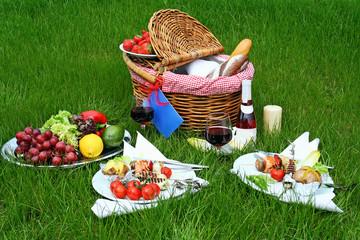 Autocollant pour porte Pique-nique Picnic basket with different food on grass
