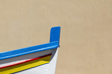 Prua di barca di pescatori davanti al muro