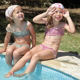 Baignade la piscine sur une planche fillette 4 5 ans for Nue a la piscine