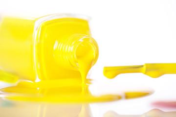 Gelber Nagellack ausgelaufen