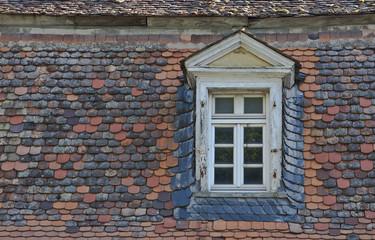 altes Haus-Dach mit Dachfenster