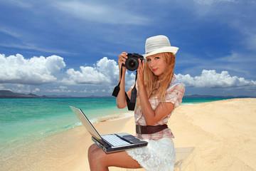 ビーチで写真を楽しむ笑顔の女性