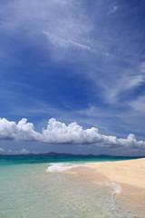 水納島の美しいビーチと夏の空