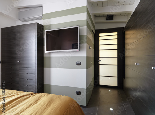 Moderna camera da letto con televisore appeso alla parete imagens e fotos de stock royalty - Tv in camera da letto ...